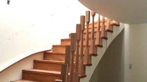 baranda de escaleras de madera