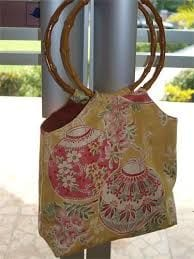 bolsos con asas de madera
