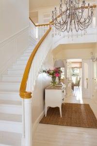 escaleras de madera blancas