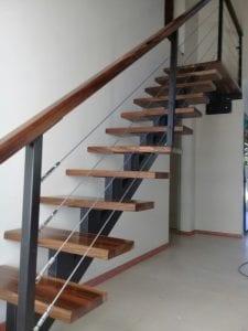escaleras de madera y hierro
