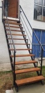 escaleras exteriores de madera