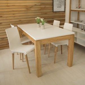 mesas blancas con patas de madera