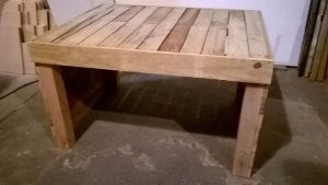 mesas de madera con palets