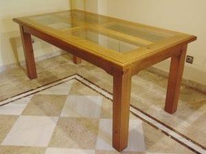 mesas de madera y cristal